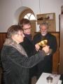 Bīsk. P.Brūvers, prāv.M.Zeiferts un H. Dekante iepazīstas ar Kaltenes dr. Sv. Sakramenta traukiem